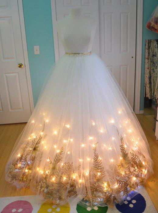 Vestido blanco con luces de navidad al fondo