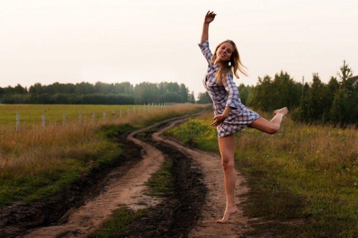 chica saltando en el campo