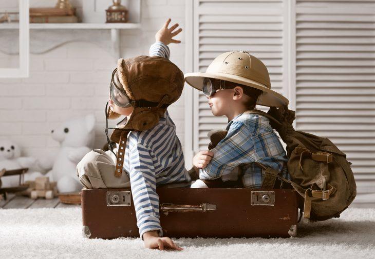 Niños pequeños jugando a los exploradores