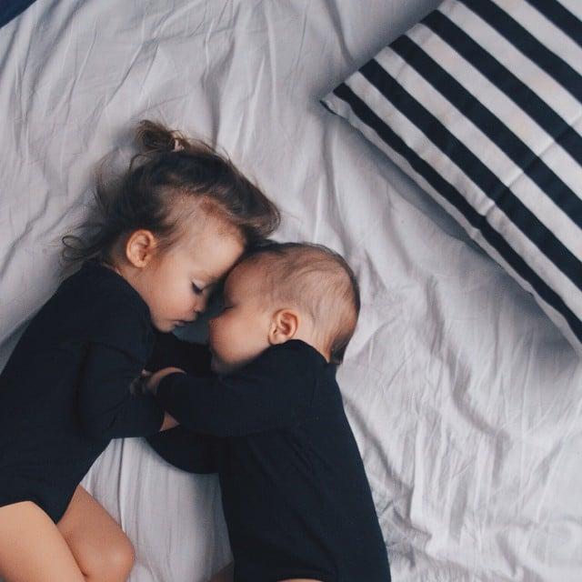 bebés dormidos abrazados