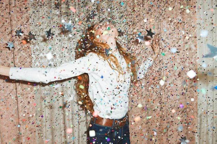 Chica feliz, rodeada de estrellas