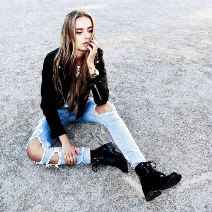 Chica sentada en el suelo pensando