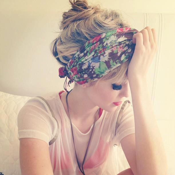 Foto chica agarrando su cabeza