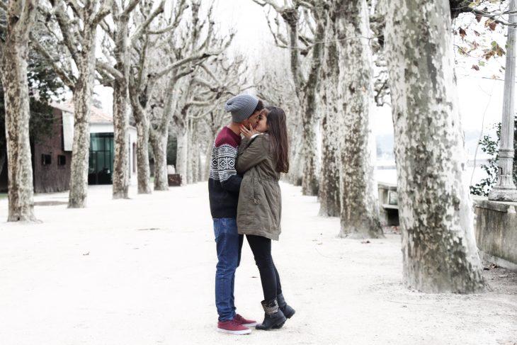 Pareja besándose en la nieve
