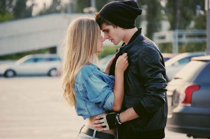Pareja de chicos enamorados