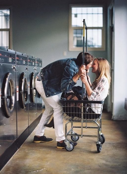 Pareja besándose en una lavandería