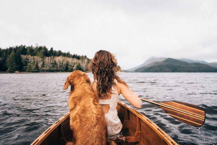 Chica en canoa con su perro