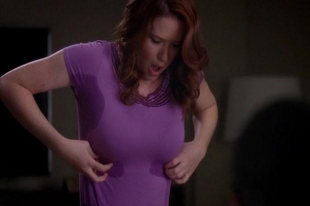 Chica tocándose la playera y sudando de los pechos