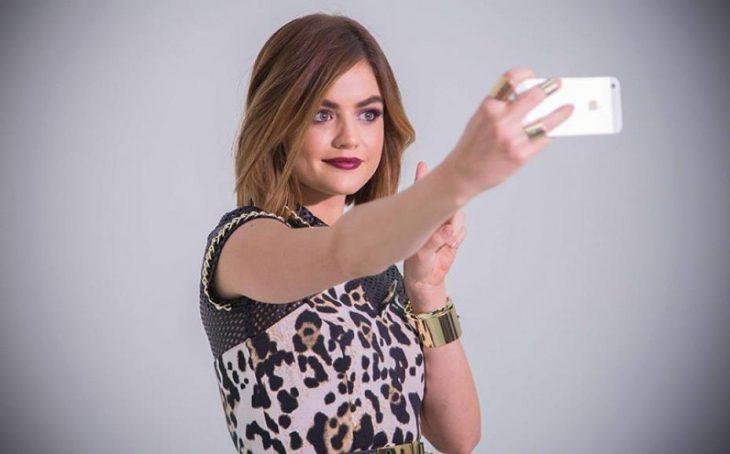 Chica tomándose una selfie con su celular