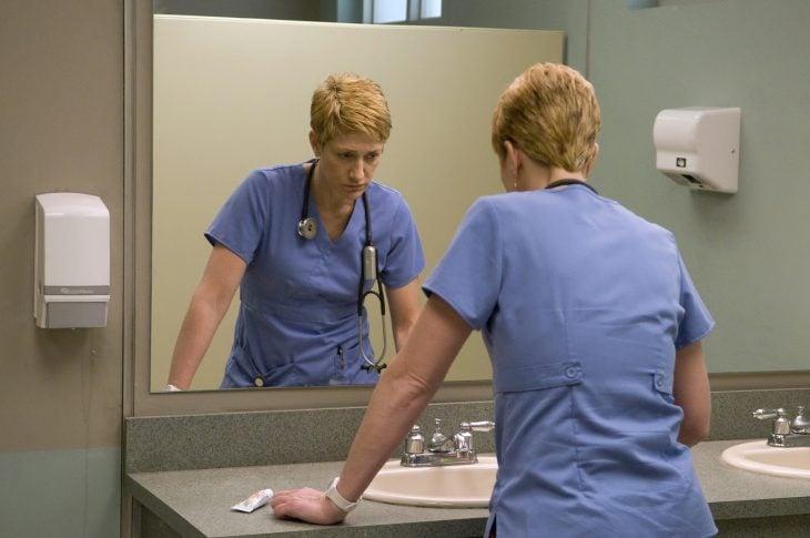 Enfermera en el espejo de un baño