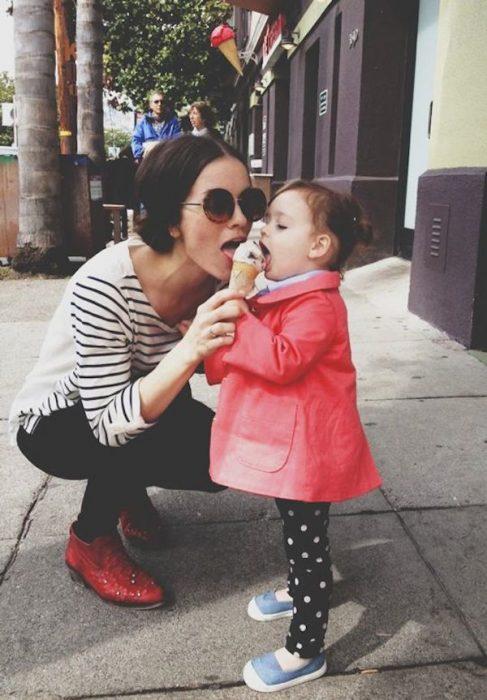 Chica comiendo del helado de una bebé