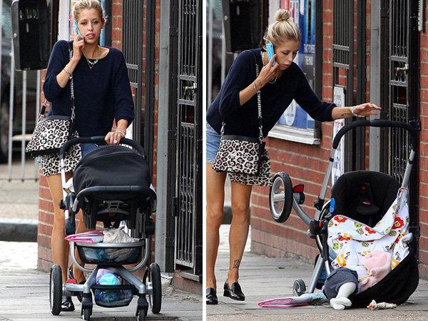 Mamá paseando con su bebé en una carreola cuando el bebé car