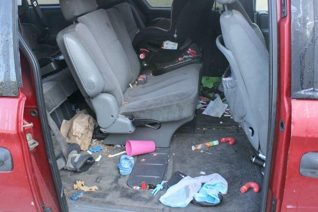 Parte trasera de un carro lleno de basura de bebes