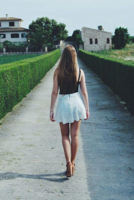Chica caminando en tacones por la calle
