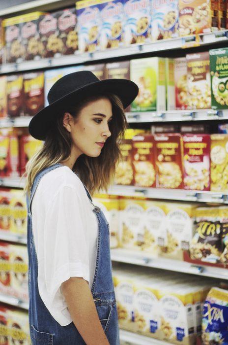 Chica en el supermercado