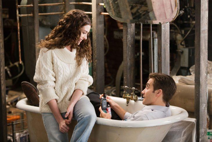 Escena de la película amor y otras adicciones pareja conversando en la tina del baño