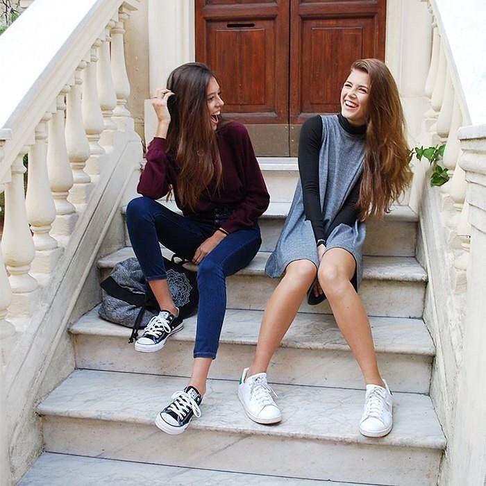 Chicas sentadas en unas escaleras conversando