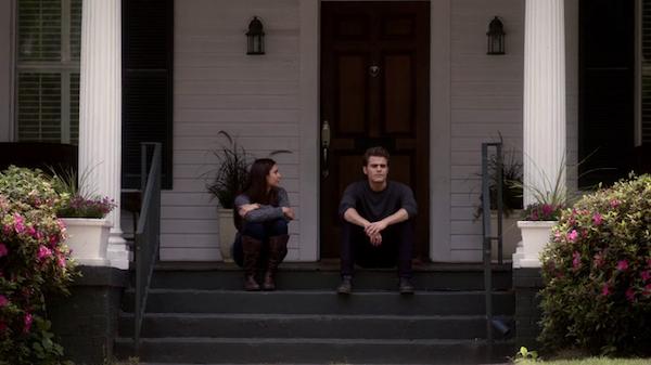 Escena de la serie the vampire diares elena y stefan hablando sentados en las escaleras de una casa
