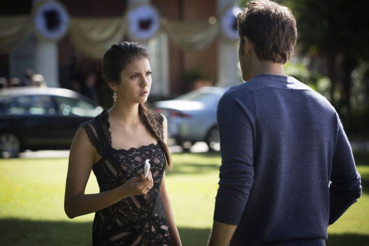 Escena de la serie the vampire diares, elena hablando con stefan