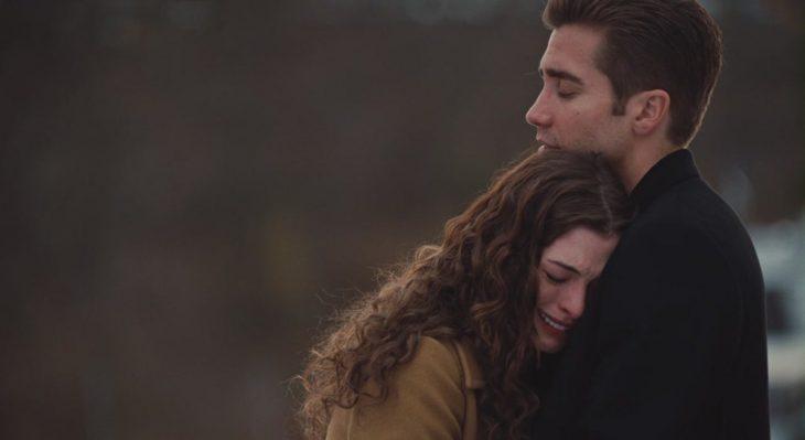 Escena de la película amor y otras adicciones, pareja de novios abrazados llorando