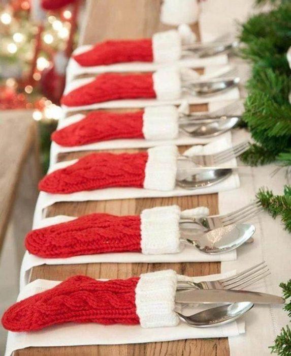 Calcetines navideños donde se guardan los cubiertos