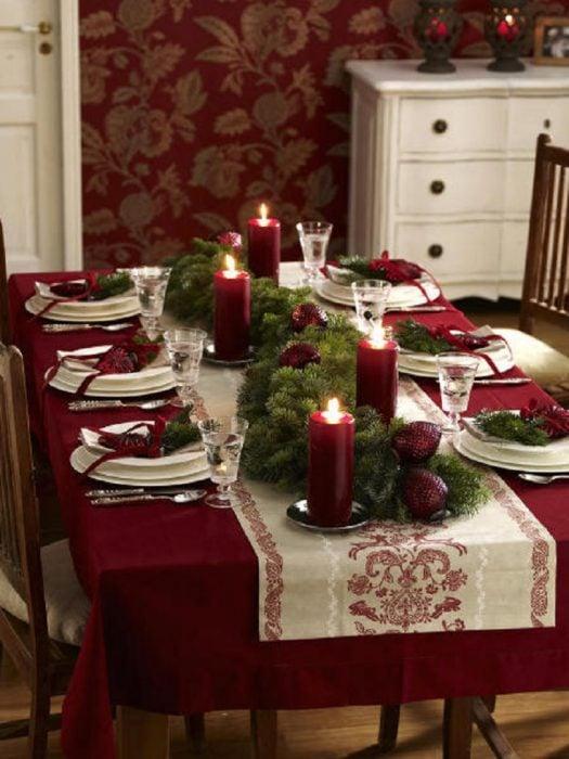 Decoración de mesa con velas en color rojo
