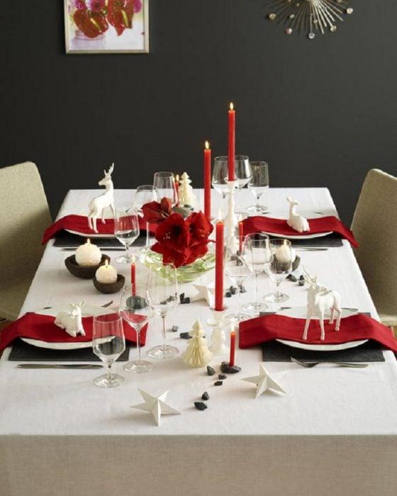 Decoración de mesa en color rojo con blanco