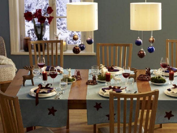 Decoración de mesas con esferas den color morado