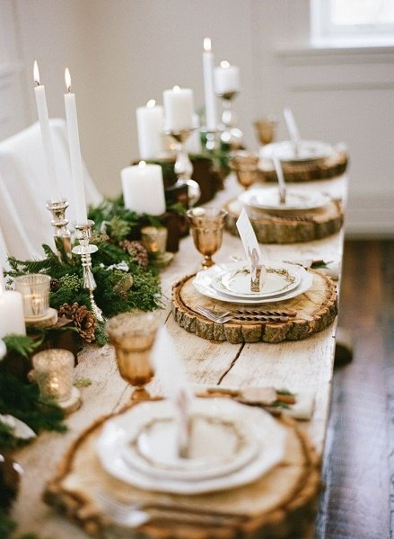 Decoración de mesas con platos sobre un trozo de tronco