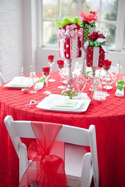Decoración de mesa con centros en forma de regalos