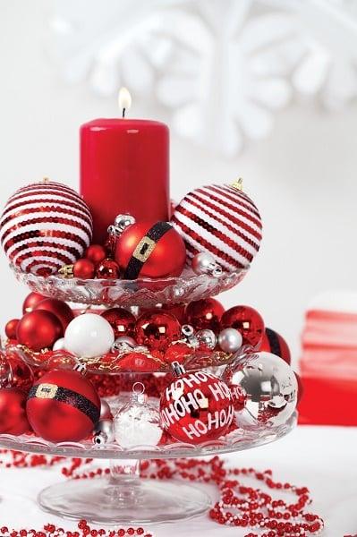Decoración para mesa con esferas y velas