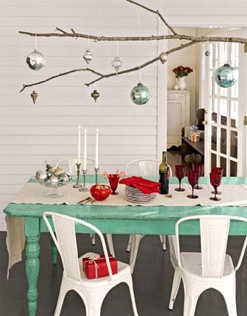 Decoración de mesa con adornos colgando de un árbol
