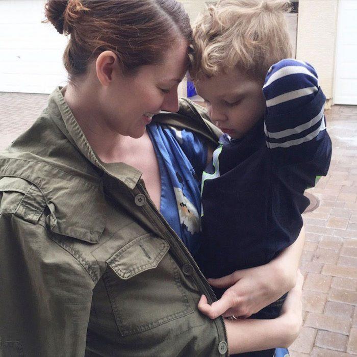 Chica cargando a su hijo de tres años