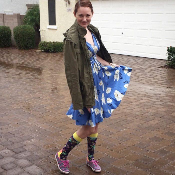 Chica usado un vestido de verano en color azul calcetas con flores de colores y zapatos color rosa