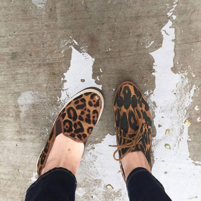 Chica usando unos zapatos de leopardo diferentes