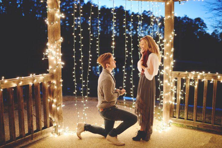 chico proponiendo matrimonio a una chica