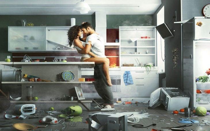 Pareja de novios besándose en una cocina con cosas tiradas en el suelo