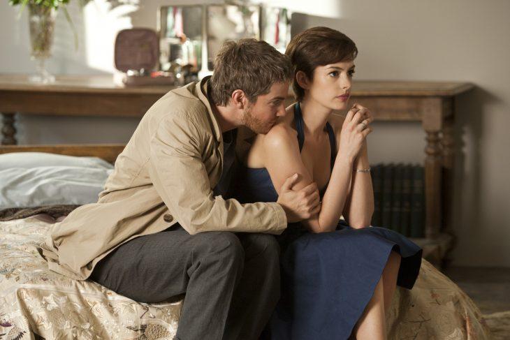 Escena de la película one day pareja en la cama conversando