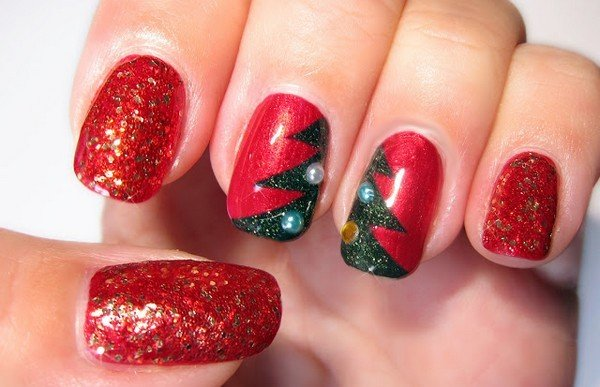 Decoración de uñas navideñas con diseño de un pino