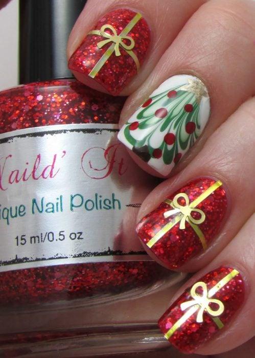 Diseños de ñas navideños con regalos y pinos