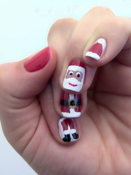 Diseño de uñas navideñas formando un santa claus
