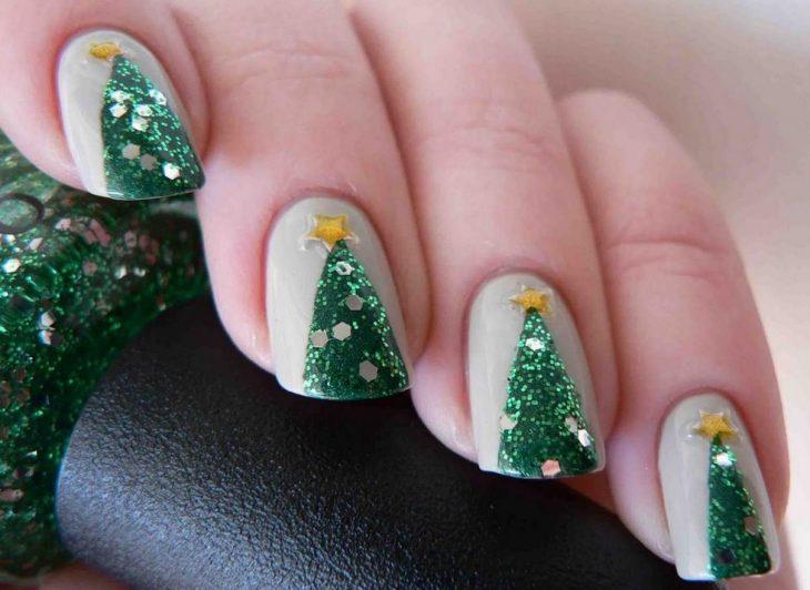 Decoración de uñas navideñas con pinos en color verde