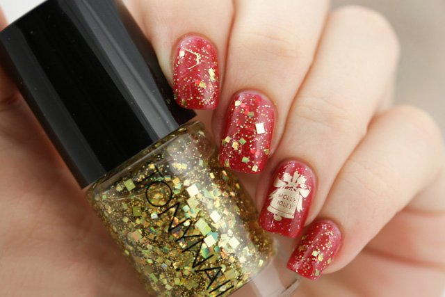 Diseño de uñas navideño, pintadas de color rojo con una campana dorada