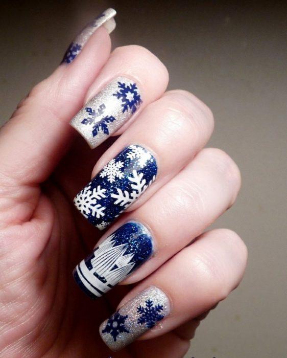 Decoración de uñas en color azul