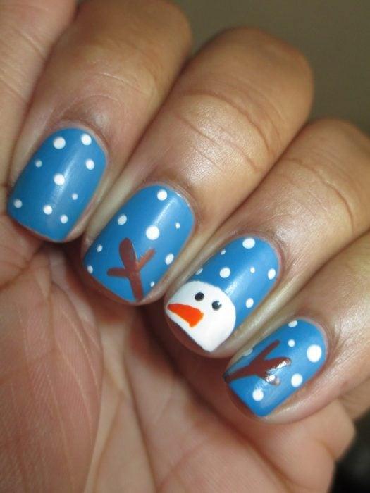 Diseño de uñas navideñas con monos de nieve y nieve