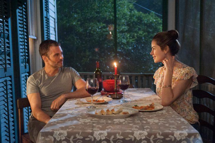 Escena de la película el viaje más largo de nicholas sparks. Pareja cenando en un porche