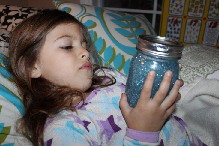 niña con frasco de la calma