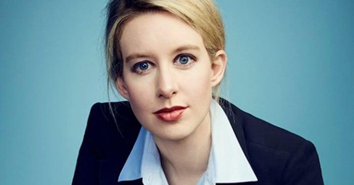 Elizabeth Holmes, abandonó la universidad a los 19 años para cumplir su sueño de crear su propia empresa de biotecnología. Ahora es fundadora de la compañía de biociencias 'Theranos', es una de las mujeres más jóvenes en entrar en la lista de Forbes de las 400 personas más ricas en Estados Unidos