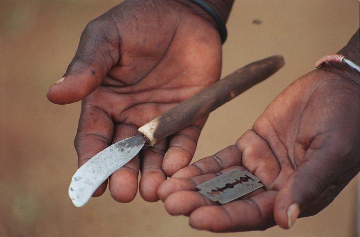 manos con cuchillo y navaja mutilación genital femenina