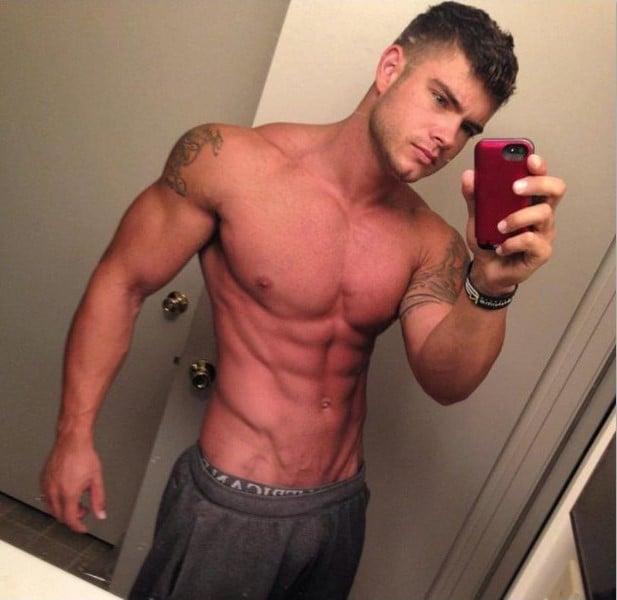 Chico musculoso en pants y sin camisa